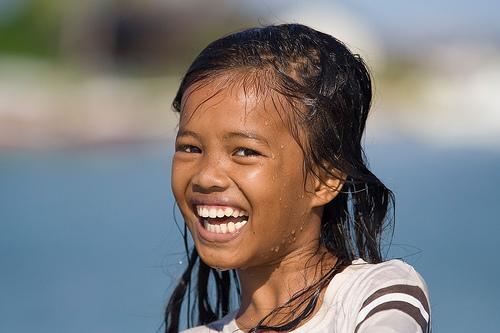 Una brillante niña en el Mar de Célebes (Sabah) , Mabul- Malasia. Foto de Julien Lagarde