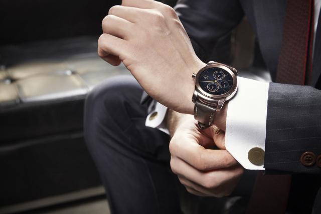 lg-watch-urbane-hand
