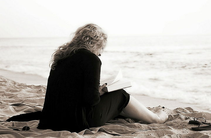 reading-girl-beach-pixabay