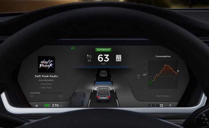 Filman al conductor de un Tesla S durmiendo en la ruta, con el auto en piloto automático