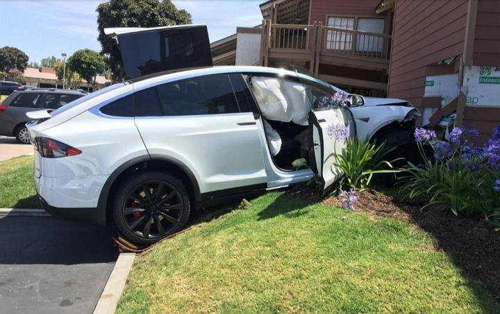 Dueño de un Tesla Modelo X dice que su auto aceleró por sí solo y chocó contra edificio