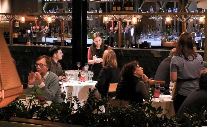 El 25% de los camareros europeos ayuda a sus clientes a declararse a su pareja en San Valentín